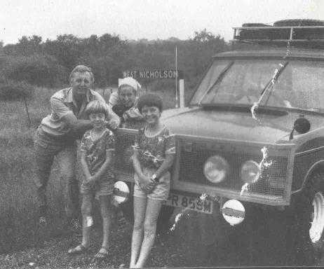 למכירה: ריינג' רובר קלאסי. מודל 1973, יד ראשונה מעיתונאי. חצה את אפריקה. מייקל ניקולסון והמשפוחה צילום: JDC