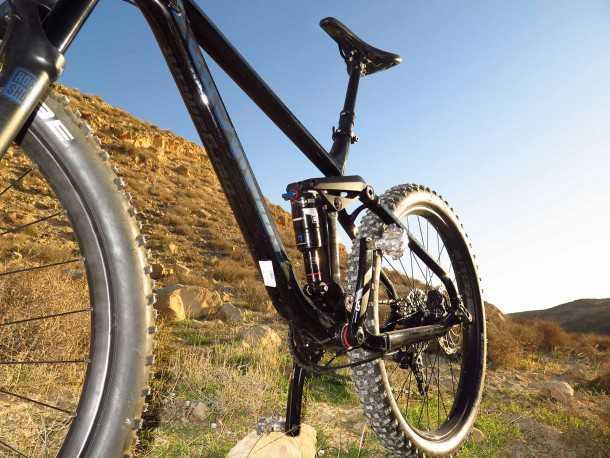 """מבחן אופניים ברגמונט טריילסטר 7.0 PLUS. מתלים מרוקשוקס עושים עבודה נהדרת, ויש גם מוט מושב הידראולי. המשקל העצמי גבוה - כמעט 15 ק""""ג. צילום: רוני נאק"""