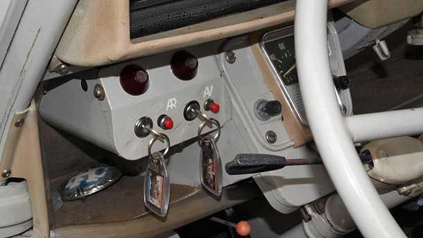 סיטרואן CV2 סהרה. שני מנועים ולכן שתי מפתחות לשני סוויצ'ים. מדליק. צילום: סיטרואן