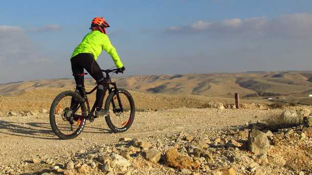 מבחן אופניים מרידה ביג טרייל 800. הצמיגים השמנים בולעים הרבה מחירפוצי השבילים. האחיזה נהדר אבל כך גם ההתנגדות לגלגול כשלחץ אוויר נמוך. צילום: רוני נאק