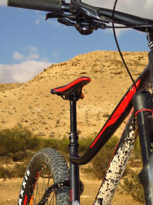 מבחן אופניים מרידה ביג טרייל 800. מוט מושב הידראולי של מרידה היה נהדר והתפעול שלו מצויין. שימו לב לתמוכות המושב האגרסיביות - רמז לאופי של האופניים. צילום: רוני נאק