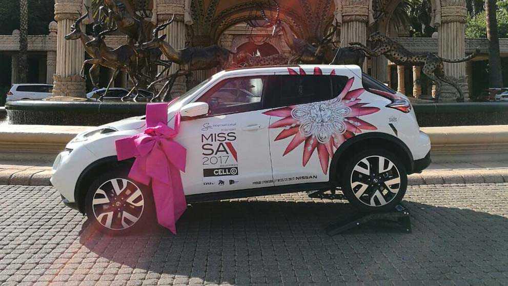 מי רוצה ג'וק? ניסאן מחלקת ג'וק במתנה למלכת היופי של דרום אפריקה. בתזמון מושלם לקראת הצגת הדור הבא של החרק הנפוץ הזה. צילום: ניסאן