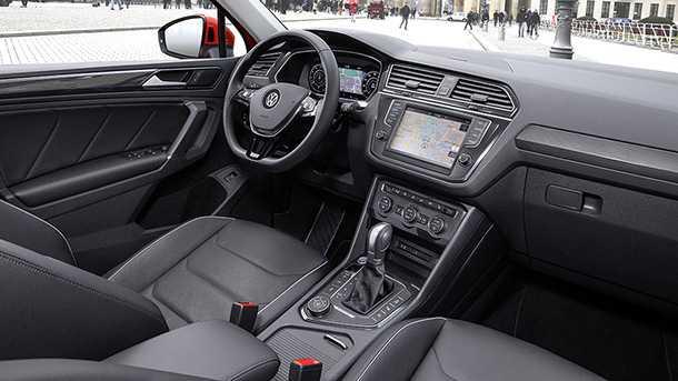 מבחן דרכים פולקסווגן טיגואן החדש. תא הנהג מבוצע היטב, לוח מחוונים ווירטואלי, ריפודי עור, ומערך בטיחות אקטיבי מתקדם - מודרני לעילא ואיכותי ביותר. צילום: פולקסווגן
