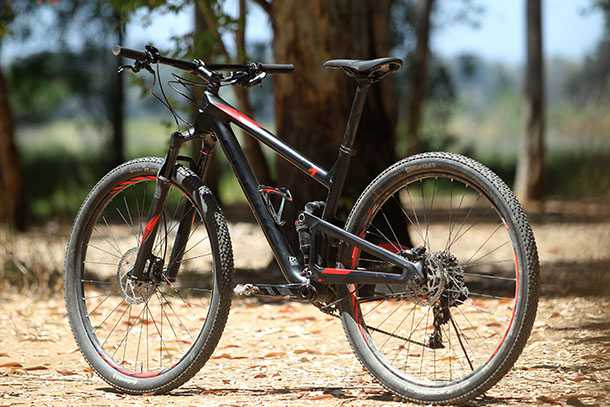 מבחן אופניים פוקוס O1E איבו. שלדת פול קארבון, איבזור נאה ויכולת לכסות קילומטרים במהירות וקלות. המחיר: 17 אלף שקלים. שני משולשי השלדה עשויים קרבון - לא מחזה נפוץ באופניים ברמת המחיר הזו צילום: פז בר