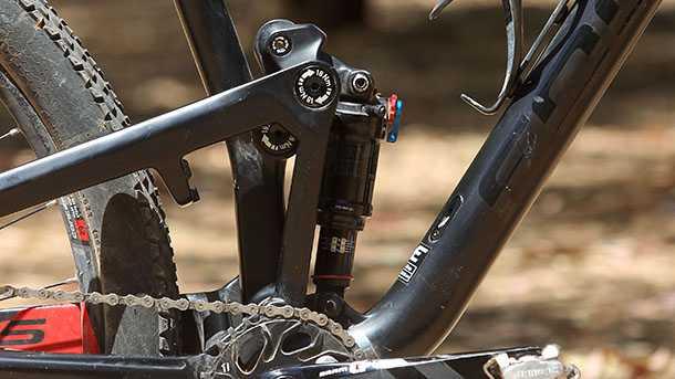 מבחן אופניים פוקוס O1E איבו. תקריב של בולם הזעזועים האחורי ושל מנגנון החיבור המורכב של המתלה - בשטח זה עובד. צילום: פז בר
