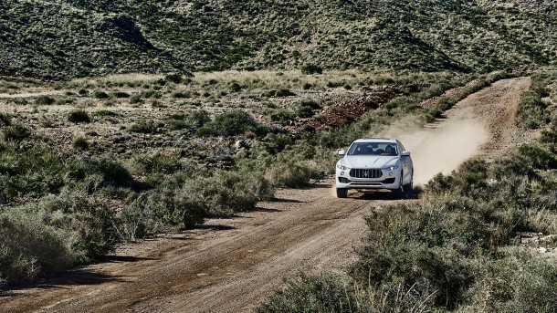מזראטי לבנטה. SUV אמיתי עם מרווח גחון שימושי, הנעה כפולה יעילה ויכולת ליהנות גם מגיחת עפר מלהיבה. צילום: מזראטי