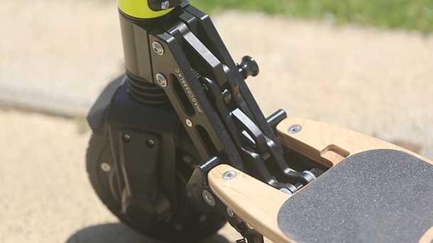 מבחן לגלגילנוע MOMAS. גוף קרבון או עץ,מנוע בטבור הגלגל, ומפרק קיפול CNC איכותי ומוצק. הפתרון המושלם לתחבורה בין תא המטען של המכונית למשרד? צילום: פז בר