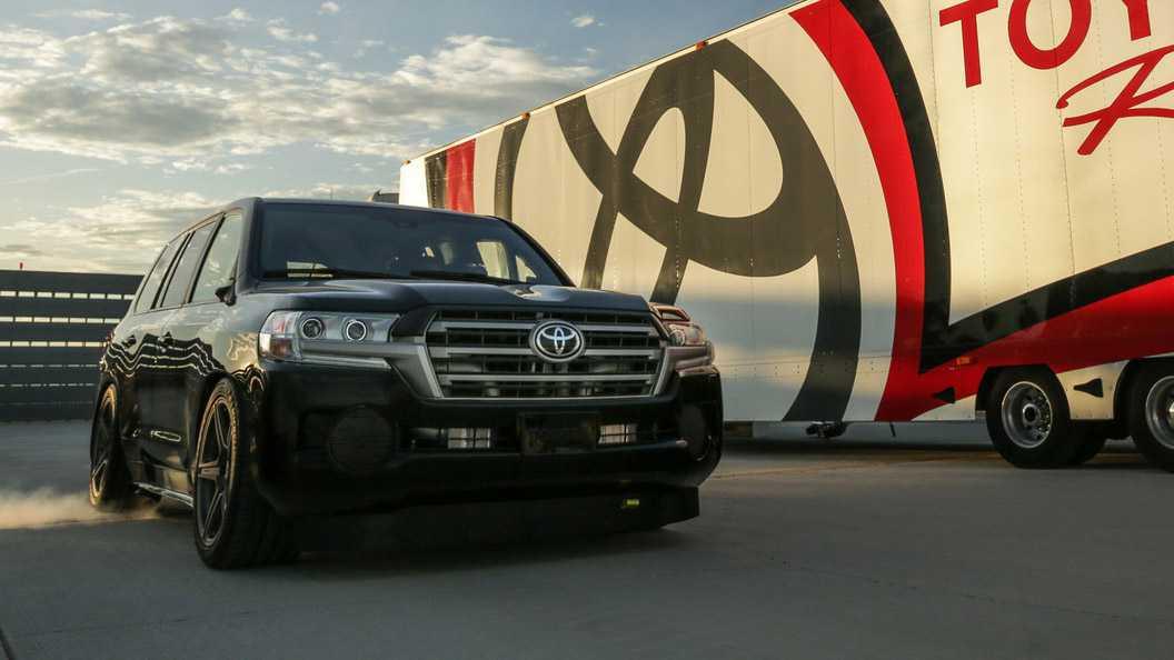 """370 קמ""""ש עם טויוטה לנד קרוזר 8V. שיא חדש ל-SUV בזכות מנוע המפיק מעל 2000 כוחות סוס. צילום: טויוטה"""