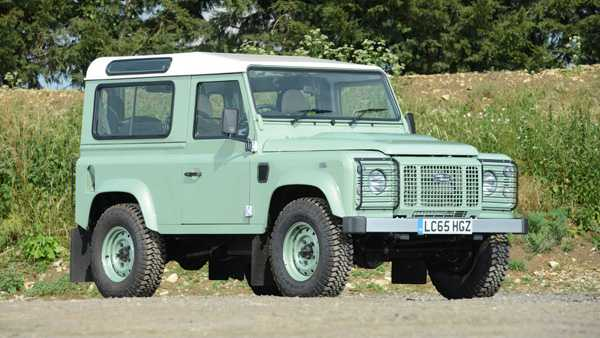 הייתם קונים מכונית מהאיש הזה? הדיפנדר של רואן אטקינסון יוצא למכירה פומבית. צילום: silverstone auctions