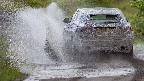 יגואר E -PACE רכב הפנאי החשמלי של יגואר עובר סדרת ניסויים תחת עומס. כאן בבוץ אנגלי משובח של מרכז הניסויים בוולטרס צילום: יגואר