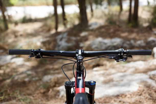 מבחן אופניים סנטה קרוז הייטאואר. קוקפיט נקי, כידון רחב, סטם קצר. סטנדאובר נמוך. ריץ' טוב, גיאומטריה אגרסיבית. צילום: תומר פדר