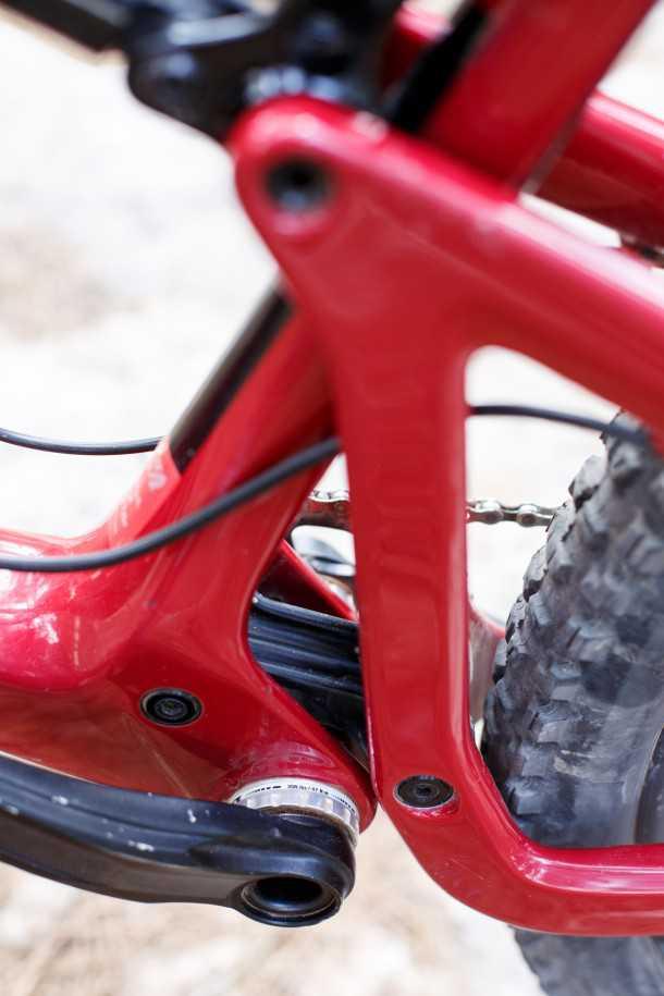 מבחן אופניים סנטה קרוז הייטאואר. מתלה אחורי VPP מעודכן עם יכולת גיהוץ וספיגה מרשימים, האחיזה מצויינת אבל אבדן אנרגיה בדיווש מורגש ודורש נעילת הבולם. צילום: תומר פדר