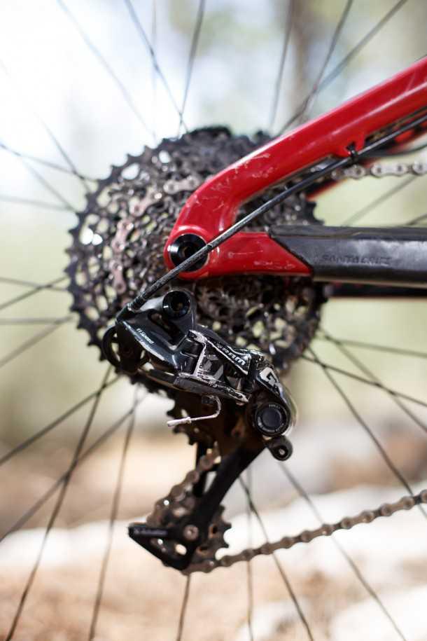 מבחן אופניים סנטה קרוז הייטאואר. מעביר הילוכים SRAM GX הוא סוס עבודה של ממש. עם כל התכונות הטובות של הגרסאות היקרות יותר עם מעט יותר משקל והרבה פחות מחיר. גלגל שיניים קדמי 32 סיפק יחס העברה ארוך מדי לטיפוסים התלולים ביותר וקצר מדי ביחס לפוטנציאל המהירות של הכלי הזה. שידרוג ל-EAGLE מתבקש (ועולה...) צילום: תומר פדר
