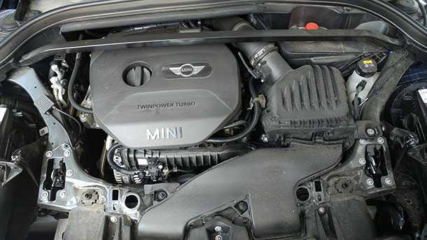 """מבחן דרכים מיני קופר קאנטרימן. מנוע טורבו עם 3 צילינדרים ונפח של 1.5ל'. מספק 136 כ""""ס שזה טוב אבל לא מצויין. צילום: רוני נאק"""