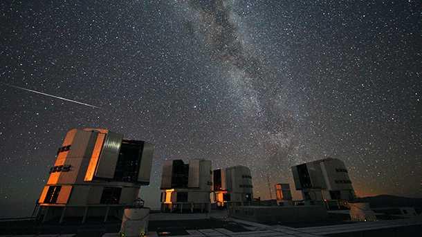 והנה עוד מבט הפעם קומפלט עם שביל החלב ומצפה כוכבים. By ESO/S. Guisard - http://www.eso.org/public/images/potw1033a/, CC BY 4.0, https://commons.wikimedia.org/w/index.php?curid=11212868