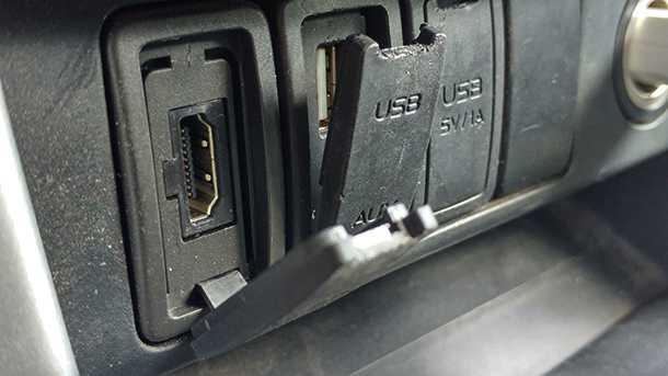מבחן דרכים איסוזו דימקס 2017. שקעי USB שימושיים בקבינה - עליהם כיסויי פלסטיק דרדרלה למדי. צילום: רוני נאק