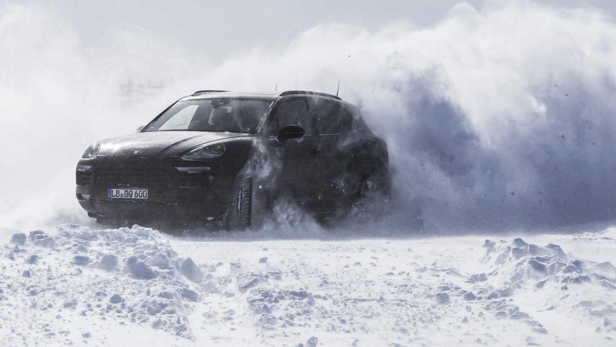 פורשה קאיין 2018 כאן במבחני שטח מפרכים מהחוג הארקטי לארטיק בדובאי. צילום: פורשה