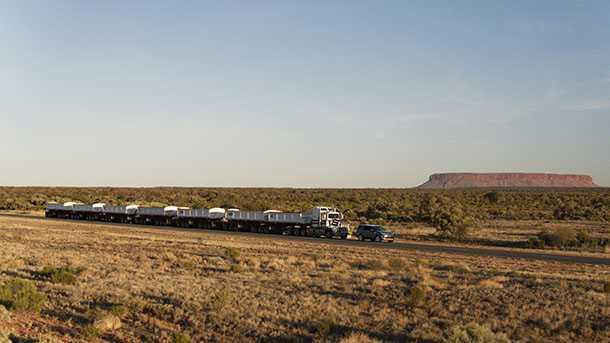 לנד רובר דיסקברי גורר רכבת כביש אוסראלית במשקל 110 טונות. כי הוא יכול. צילום: לנד רובר