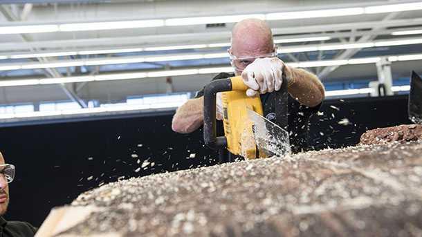 לנד רובר מפיקה גלשן מחומרים ממוחזרים צילום: לנד רובר
