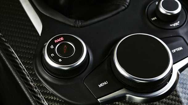 נהיגה על אלפא רומאו ג'וליה קוודרופוליו. צילום: אלפא רומאו