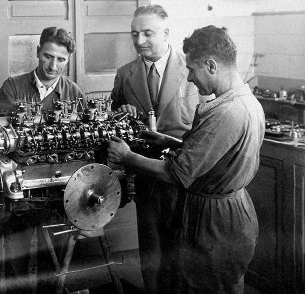אנזו פרארי כאן במרכז במפעל בשנת 1947 מרכיב מנוע - ועושה כאילו שהוא חושב על SUV אחרי מותו. צילום: ארכיון פרארי