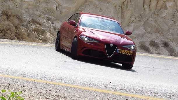 נהיגה על אלפא רומאו ג'וליה קוודרופוליו. צילום: רוני נאק