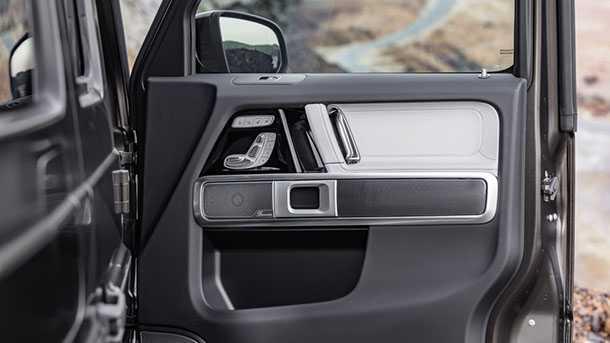 זה תא הנהג של מרצדס G קלאס החדש - דופן הדלת מגלה את כיוון המושבים החשמלי, מערכת שמע מושקעת ומעט מהדופן החיצונית של הרכב בה עדיין נשארו עם צירי הדלתות הבולטים וחלונות שקועים. צילום: מרצדס