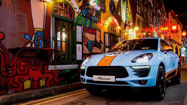 פורשה סינגפור עם סדרה מוגבלת של פורשה מקאן עם צביעה של מכוניות מירוץ לה מאן מהעבר. צילום: פורשה