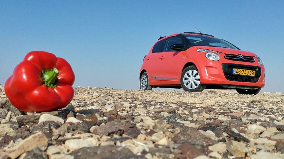 עם סיטרואן C1 אדומה ליום הפתוח בערבה. על הדרך, החוויה והפלפלים. צילום: רוני נאק