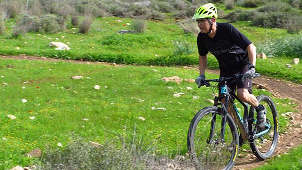 """מבחן אופניים BOLD לינקאין 29 - קרבון, בולם נסתר ומחיר כמו בחו""""ל - האם זה עובד? חלונית, מחוונית ושקופית - סט אפ מסובך אך חברתי ומערב את כל מי שבחדר. צילום: רוני נאק"""