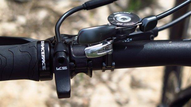 """מבחן אופניים BOLD לינקאין 29 - קרבון, בולם נסתר ומחיר כמו בחו""""ל - האם זה עובד? צד שמאל של הכידון עם בורר שלושת מצבי השיכוך והשלט של המוט ההידראולי. צילום: רוני נאק"""