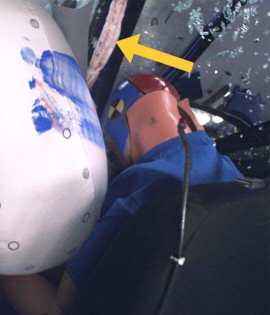 מבחני ריסוק IIHS - מסומנת בחץ כרית האוויר שלא נפתחה במבחן הריסוק של מיצובישי ASX. צילום: IIHS