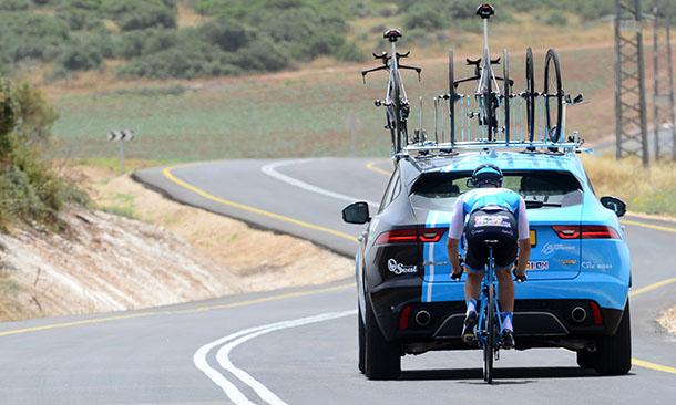 """רוכבי קבוצת סייקלינג אקדמי הישראלית מקבלים 7 רכבי יגואר כחסות למירוץ האופניים החשוב. צילום: יח""""צ"""