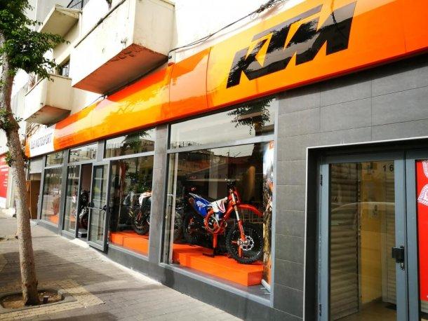 """אולם התצוגה המשופץ של KTM ברחוב שוקן בתל אביב. צילום: יח""""צ תומר פדר"""