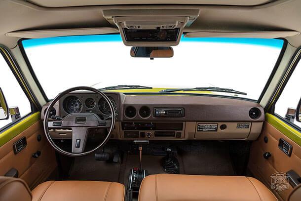 איזה יופי! זה טויוטה לנד קרוזר FJ62 משנת 1986 ששחזרה FJ COMPANY עם כבוד למקור ושיפורים מודרניים נסתרים מהעין. צילום: FJ COMPANY