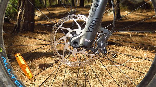 מבחן אופני הרים חשמליים GT eVERB AMP. מזלג רוקשוק YARI נהדר עם צירי בוסט, מעצורי שימאנו חדשים חזקים מאד וצמיגים שמנמנים מספקים המון אחיזה, שיכוך ועוצמת בלימה. צילום: רוני נאק