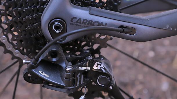 מבחן אופניים btwin rockrider 690 של דקטלון. הפתעת השנה! שלדת קרבון וקיט אביזרים מצויין במחיר של 5,900 שקלים בלבד. אנחנו היינו בוחרים בגרסת 27.5+ שתתן יותר שמחת חיים. צילום: פז בר