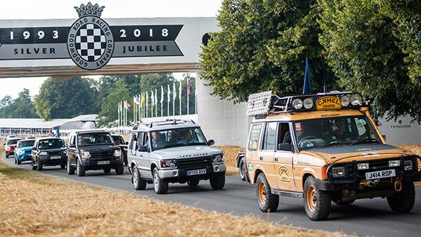 לנד רובר מציינת 70 שנים בתהלוכה מרשימה של 70 כלי רכב מהלנד רובר הראשון ועד ריינג' רובר SVR. צילום: לנד רובר