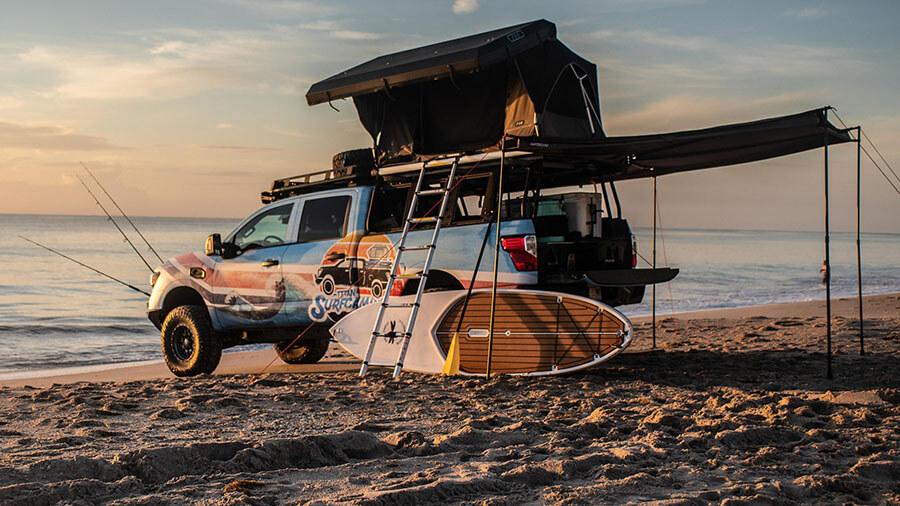 טנדר ניסאן טיטאן עם כל מה שצריך לחיים על החוף - מגלשן ועד חכה, מסוכך ועד מקלחת - קונספט של ניסאן. צילום: ניסאן