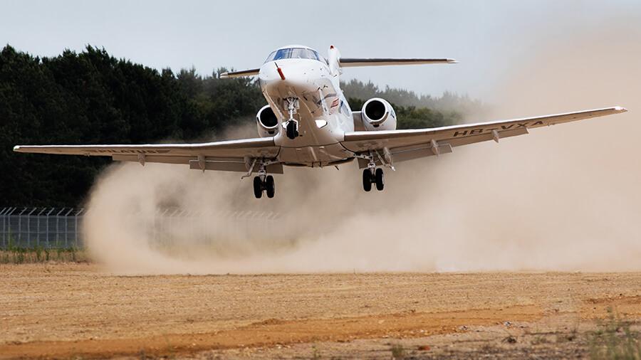 בעוד שלרוב נחיתה בשטח אינה דבר רצוי - מטוס המנהלים החדש של פילאטוס ה-PC-24 מתוכנן לחיות על מסלולים לא מוכשרים. יכולת המאפשרת לו גישה לאלפי מנחתים ברחבי העולם בהם מטוסי מנהלים בעלי ביצועים דומים לא יכולים לנחות או להמריא מהם. צילום: פילאטוס