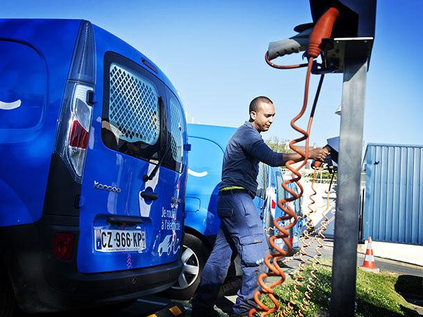 עובדי חברת החשמל הצרפתית קיבלו אלפי רנו קנגו חשמליים. הם מאד מרוצים מהן וזה נותן להם מוטיבציה להתקין עמדות טעינה ותשתית מתאימה. צילום: רנו