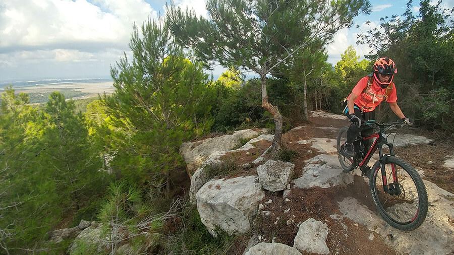 טיול אופניים - עם דאצ'יה MCV סטפוואי לסינגל ויער חניתה. היה לח! צילום: רוני נאק