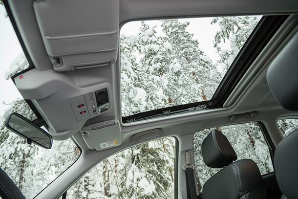 מחפשים את הבאר בלב הנגב עם סובארו פורסטר SX החדש - חלון שמש ענקי הוא אחד הפיצ'רים שהכי אהבנו בפורסטר SX. גם בחורף. צילום: סובארו