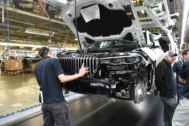 """החבר'ה מימין נשענים על X7 במפעל ספרטנברג בארה""""ב. צעד אסטרטגי כדי להגיע לשוק האמריקאי שהיה בשעתו הגדול ביותר. עתה כ-70% מהיצור מיוצא מחוץ לארה""""ב ונתון ל-40% מכס לכשיגיע לסין. צילום: ב.מ.וו"""