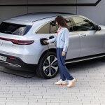 הכינו את המזומנים. ב-2020 יגיע לישראל רכב פנאי חשמלי של מרצדס EQC. תתארגנו על עמדת טעינה. צילום: מרצדס