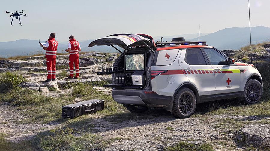 חטיבת הביצועים של לנד רובר - SVO - יצרה לנד רובר דיסקברי מיוחד לצלב האדום באוסטריה. הרחפן כלול. צילום: לנד רובר