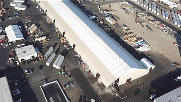 אילון מאסק ופורד בסבב עלבונות נוסף. בצילום האוהל הזמני שטסלה הקימה כדי להאיץ את היצור של מודל 3. צילום: AP