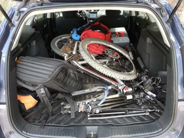 איך להעמיס אופניים וציוד ברכב (רמז - לא ככה). צילום: רוני נאק