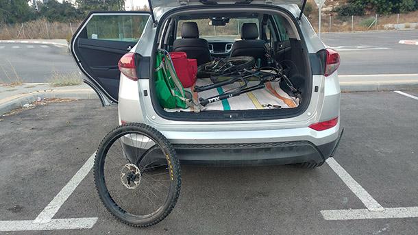 שלב 3: השלדה בפנים. לא לשכוח את הגלגל ואת הציר הקדמי שכבר נמצא בטבור. צילום: רוני נאק