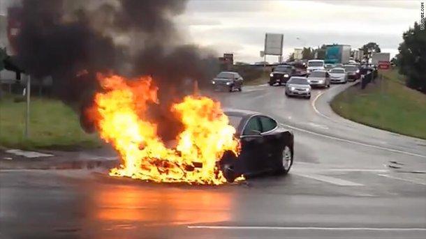טסלה מודל S בוערת. כמה אירועים דומים התרחשו גם אחרי תאונות קלות. צילום: CNN